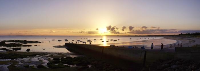 Admirer le coucher de soleil sur la plage de Mousterlin