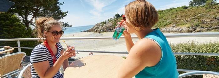 Boire un verre au café de la plage