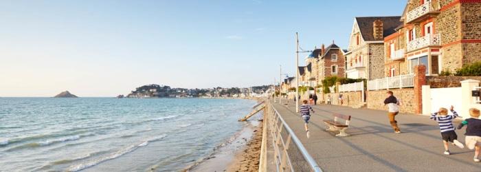 Aller faire une balade sur la digue promenade du Val André le long de la grand plage et des villas balnéaires