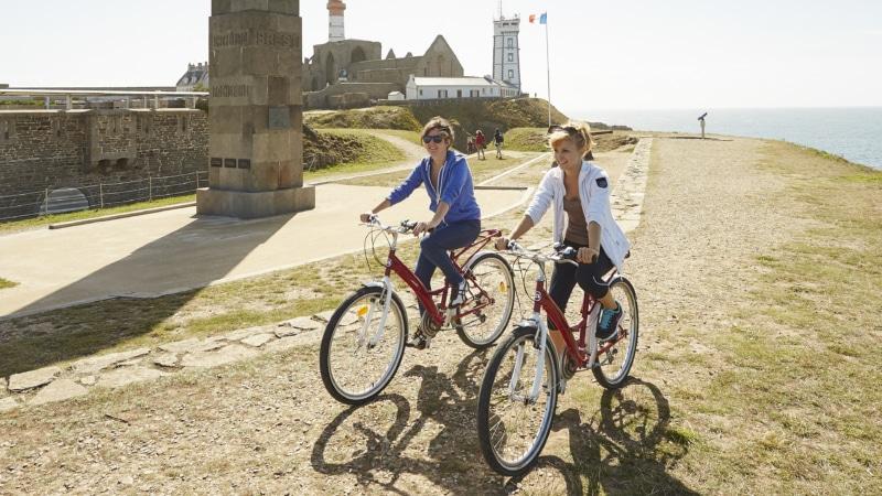 Balade à vélo près du cénotaphe à Plougonvelin