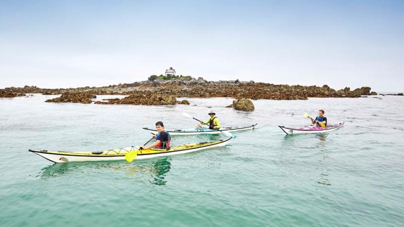 Kayak au large des îles Saint-Quay
