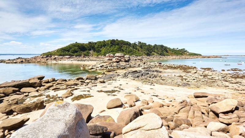 Passage à marée basse pour l'île Milliau à Trébeurden