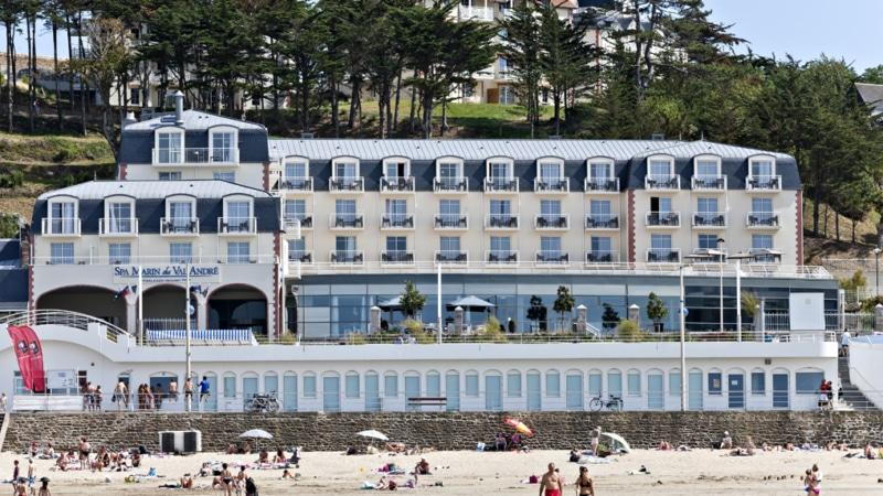 La façade du Spa Marin sur la grande plage du Val André