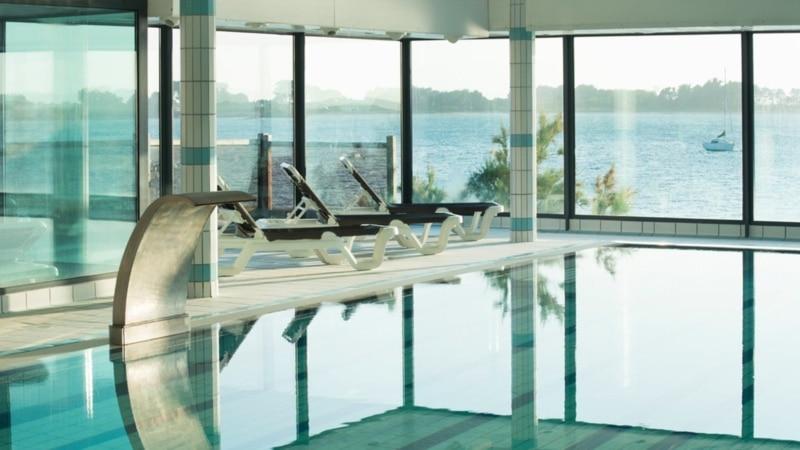 La piscine de la thalasso de Roscoff vue sur mer