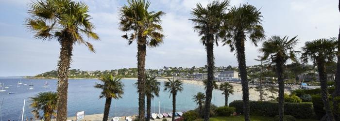 Un déjeuner dans un petit resto ou boire un verre vue sur mer sur la plage de Trestraou à Perros-Guirec