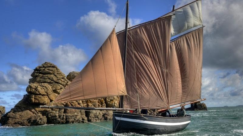 Initiez-vous à la voile traditionnelle en Baie de Saint-Cast à bord du dragous « Frotte Berniques »