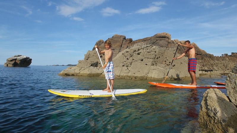 Paddle le long de la côte de granit rose à Perros-Guirec