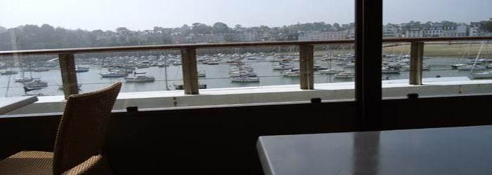 Un repas au restaurant la Passerelle pour manger les bonnes coquilles de Saint-Quay-Portrieux, avec vue sur le port