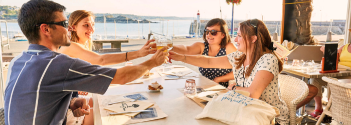 Boire un verre ou s'offrir une crêpe sur l'une des terrasses du port en mode détente