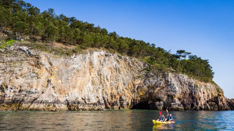Longer la côte de Crozon-Morgat en kayak