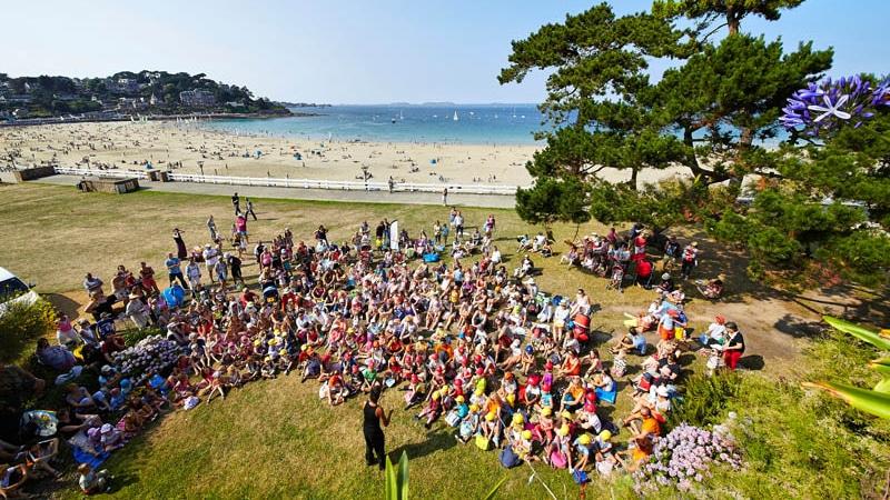 Le festival Place aux Mômes au bord de la plage de Trestraou à Perros-Guirec
